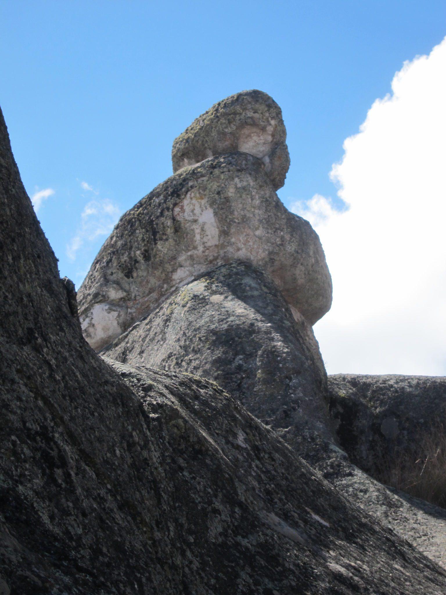 El Cerro de las Miradas, una roca enorme que se parece a un buque, situado en la parte sur de la meseta cercano a la Fortaleza y la laguna CachuCachu (Tabla 1). Fue nombrado tal porque en el convergen tres lineas de mira : el hombre de las Figuras 13a y 13b, una mujer al lado opuesto (Figura 13c), el cerro con el hombre y mujer apenas visibles a los costados en la parte posterior (Figura 13d) y la cabeza de un perro a la izquierda en Figura 13e. Fotos de Agosto 2003.